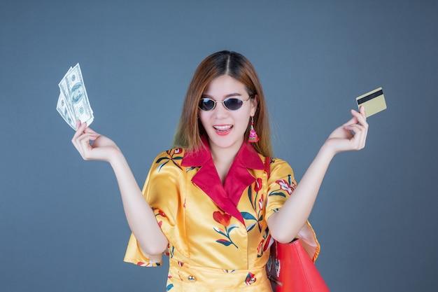 Frauen, die chipkarten und geld halten.