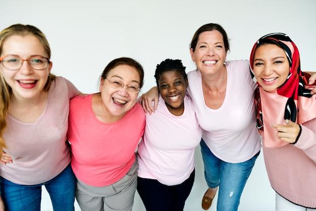 Frauen, die das bewusstsein für brustkrebs fördern