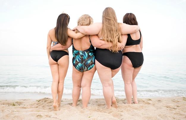 Frauen, die den ozean betrachten