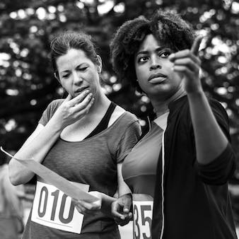 Frauen, die die karte für orienteering-kastenstandort betrachten