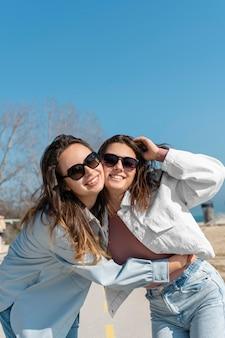 Frauen, die draußen eine sonnenbrille tragen