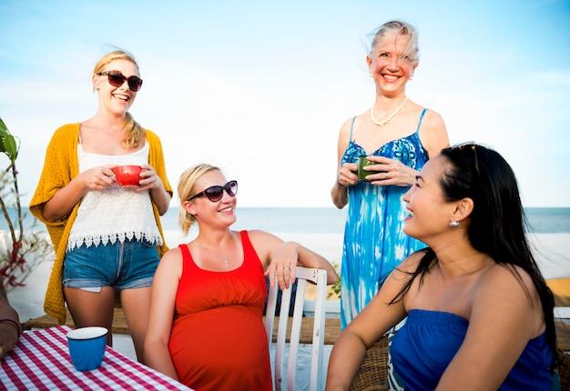 Frauen, die draußen konzept der diskussion sprechen