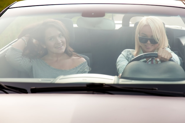 Frauen, die ein fahrzeug fahren