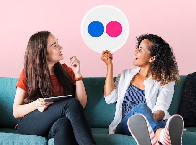 Frauen, die ein flickr-symbol halten
