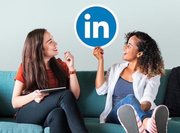Frauen, die ein linkedin-logo halten