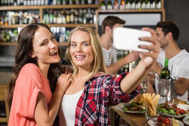 Frauen, die ein selfie machen