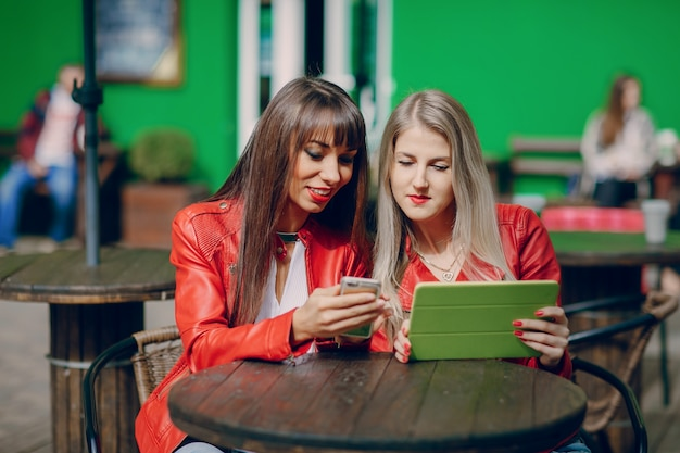 Frauen, die ein telefon beobachten