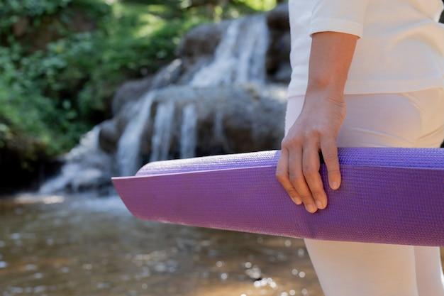 Frauen, die ein weißes yogakleid tragen
