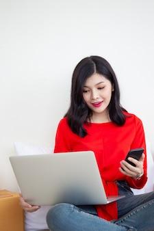 Frauen, die eine laptop-computer verwenden, um produkte online zu verkaufen. konzept des elektronischen geschäftsverkehrs im digitalen und modernen lebensstil.