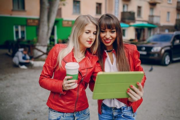 Frauen, die eine tablette beobachten
