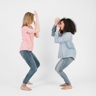 Frauen, die ertrinkende tanzbewegungen tun
