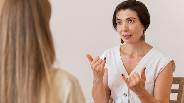Frauen, die gebärdensprache verwenden, um sich miteinander zu unterhalten
