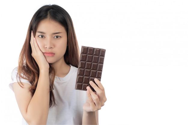 Frauen, die gegen die schokolade sind, getrennt auf einem weißen hintergrund.
