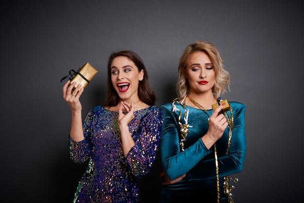Frauen, die geschenke in anderer stimmung halten