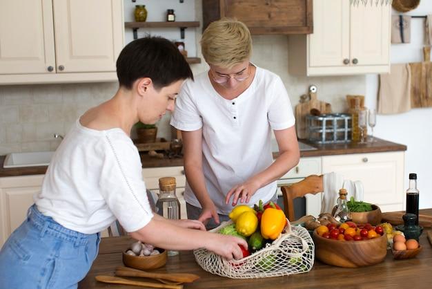 Frauen, die gesundes essen zubereiten