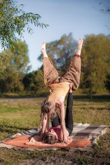 Frauen, die gleichgewichtsübungen im park machen