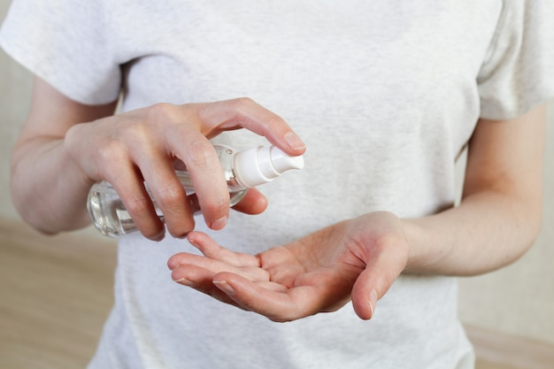 Frauen, die hände mit alkoholgel oder antibakteriellem seifendesinfektionsmittel waschen. hygienekonzept. verhindern sie die ausbreitung von keimen und bakterien und vermeiden sie infektionen mit dem corona-virus. stoppen sie das coronavirus. covid19.