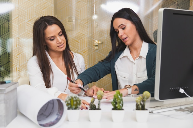 Frauen, die im büro zusammenarbeiten