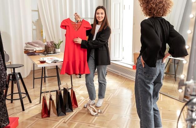 Frauen, die im laden einkaufen