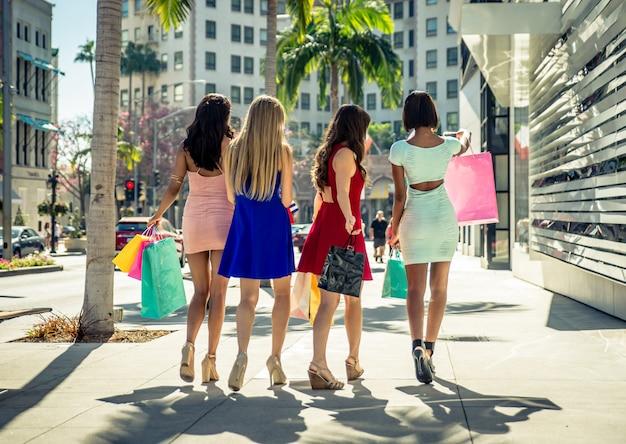 Frauen, die in beverly hills einkaufen