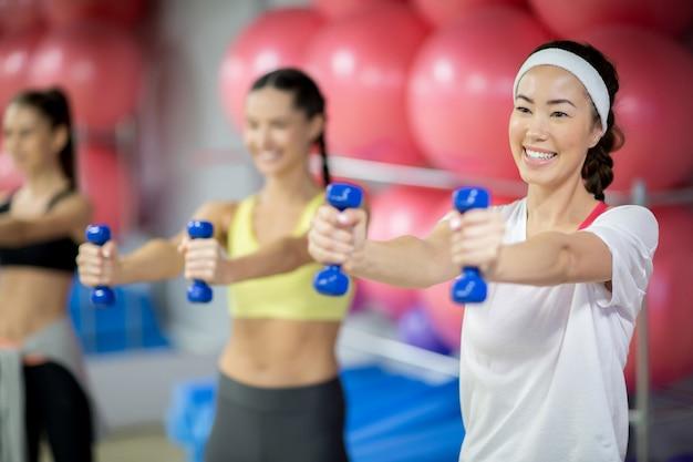Frauen, die in der turnhalle trainieren