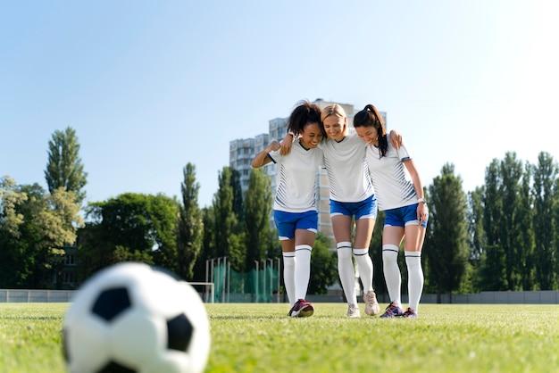 Frauen, die in einer fußballmannschaft spielen