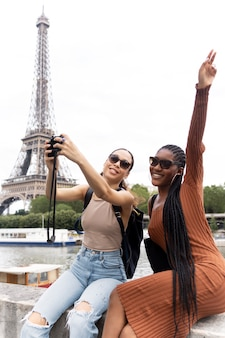 Frauen, die in paris reisen und gemeinsam spaß haben