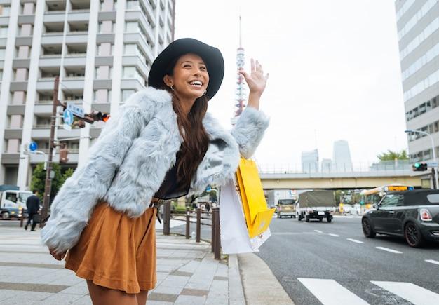 Frauen, die in tokio einkaufen