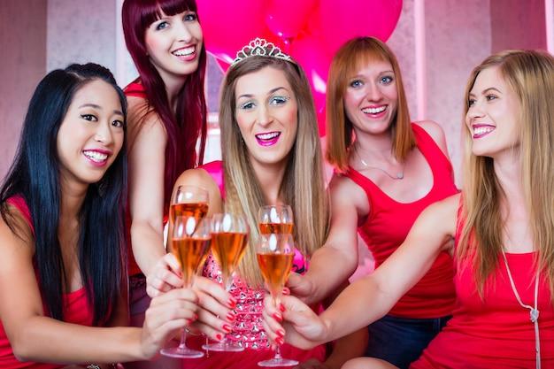Frauen, die junggesellinnenabschied im nachtclub haben
