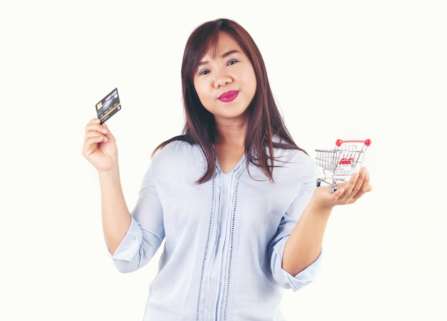 Frauen, die kreditkarten und einkaufswagen anhalten