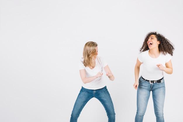 Frauen, die lustigen tanz tanzen