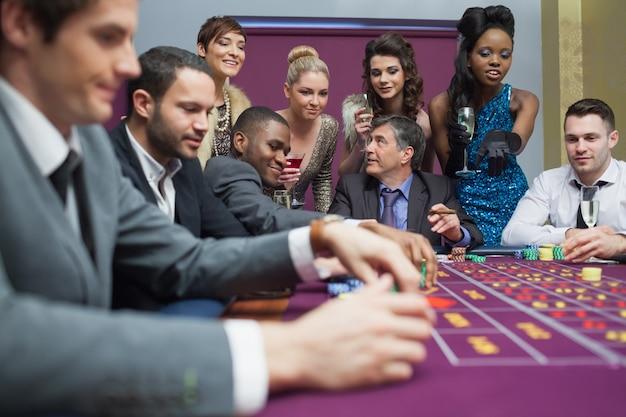Frauen, die männer beobachten, spielen roulette