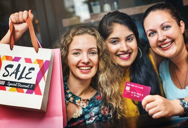 Frauen, die mit einer kreditkarte einkaufen