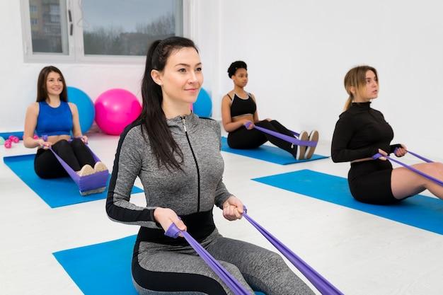 Frauen, die mit springendem seil trainieren