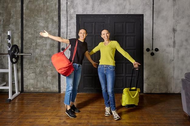 Frauen, die nach dem urlaub nach hause kommen, freuen sich, ihre familie zu sehen