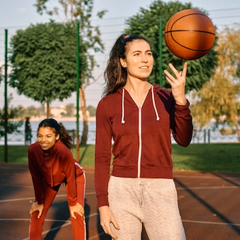 Frauen, die nach einem basketballspiel glücklich sind
