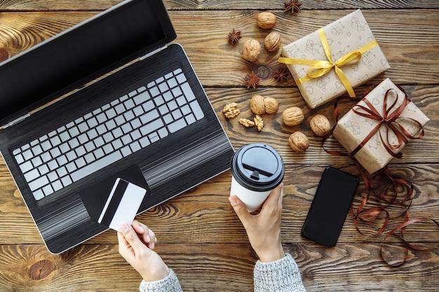 Frauen, die online unter verwendung der geräte kaufen