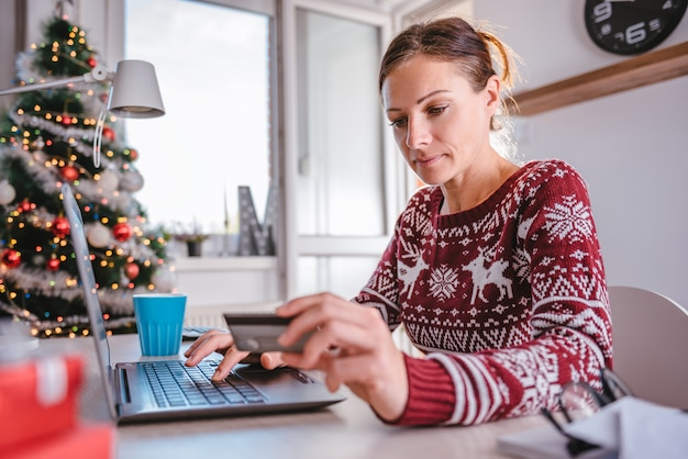 Frauen, die online während des weihnachten kaufen