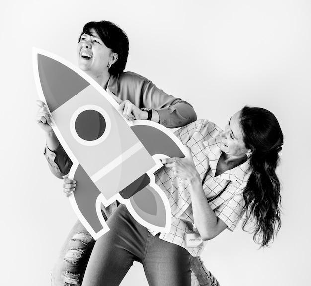 Frauen, die raketenikone halten