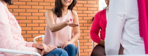 Frauen, die rosa farbkleidungstreffen für brustkrebsbewusstseinskampagne tragen