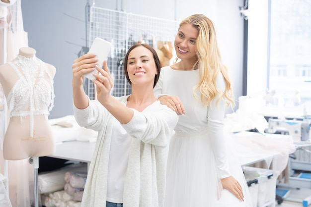 Frauen, die selfie im brautgeschäft nehmen