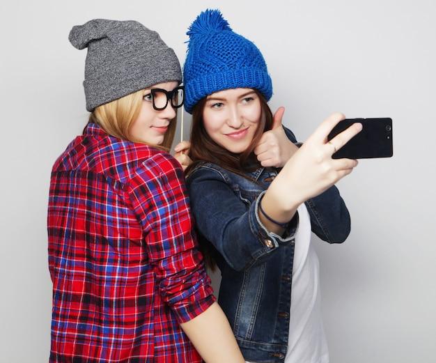 Frauen, die selfie nehmen