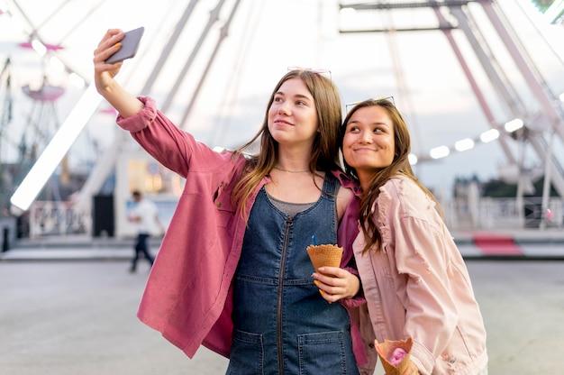 Frauen, die selfie zusammen nehmen
