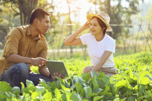 Frauen, die sich für ökologischen landbau interessieren. sie lernt von einem sprecher auf einem realen feld.