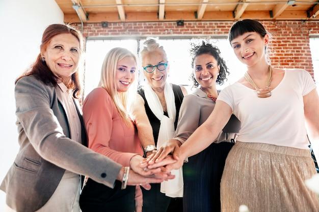 Frauen, die sich in der mitte die hände reichen