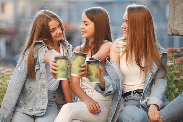 Frauen, die spaß auf der straße haben und einen kaffee trinken