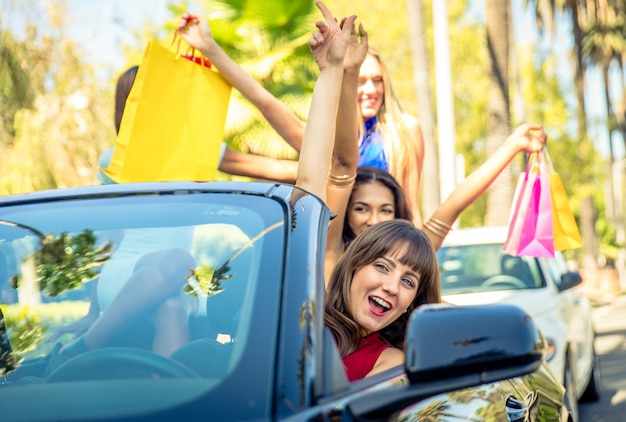 Frauen, die spaß beim fahren in beverly hills haben