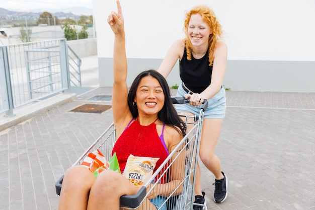 Frauen, die spaß nach dem einkauf haben, der kamera lacht und betrachtet