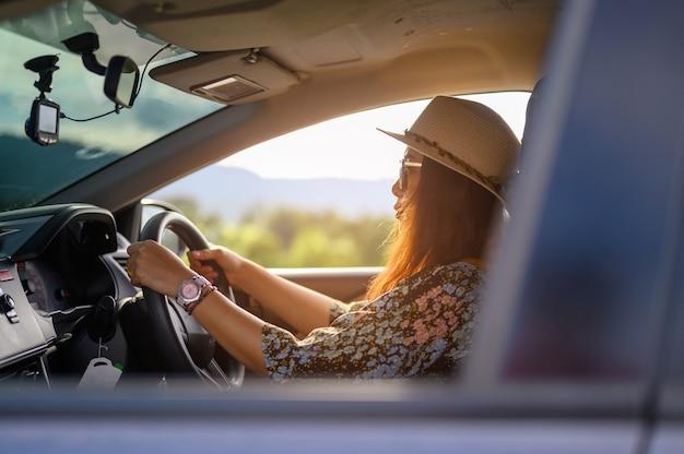 Frauen, die tagsüber hüte tragen und eine brille fahren