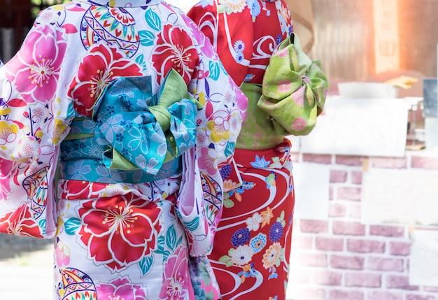 Frauen, die traditionellen japanischen kimono in kyoto, japan tragen.